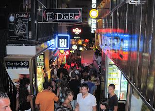 Rue de Paceville bondée et illuminée par les lumières des discothèques