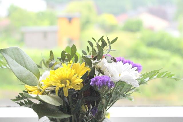 Blumen im Kuechenfenster