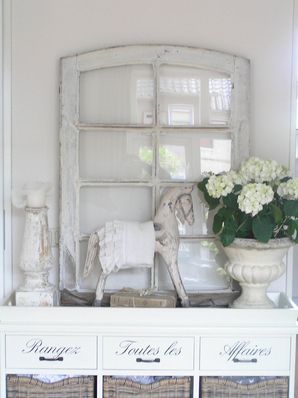 Pastels and whites: frans raamkozijn an old french window