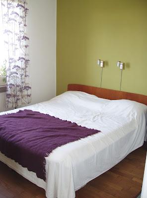 Sovrum, säng med teakgavel