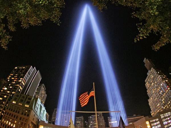 Manhattan se alumbra con tributo de luces por 9/11