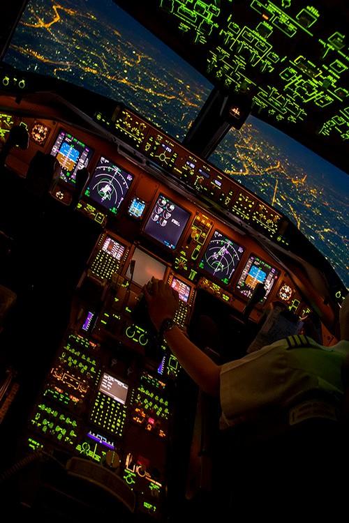 飞机驾驶舱内酷炫的夜晚,哪些靓丽帅气的仪表指针和窗外的夜景