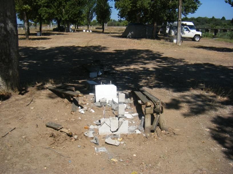 Mesa e Bancos destruídos