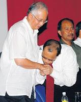 http://4.bp.blogspot.com/-FxEfgR3_F3E/TtW8xX1MQlI/AAAAAAAACPQ/p59_567ML5g/s640/salam+cium+tangan+Najib.jpg