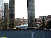 El Poble Vell amb el campanar de Sant Cristòfol, entre les columnes de la Font Lluminosa. Autor: Carlos Albacete