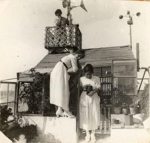 Tejado de la farmacia de Maurici Hernández Ponsetí en la calle s'Arraval de Mahón, con su estación meteorológica.