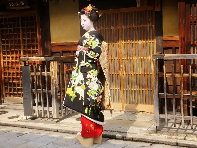 置屋、福嶋さんと「イ(にんべん)」さんから二人の「舞妓さんデビユー」であった。