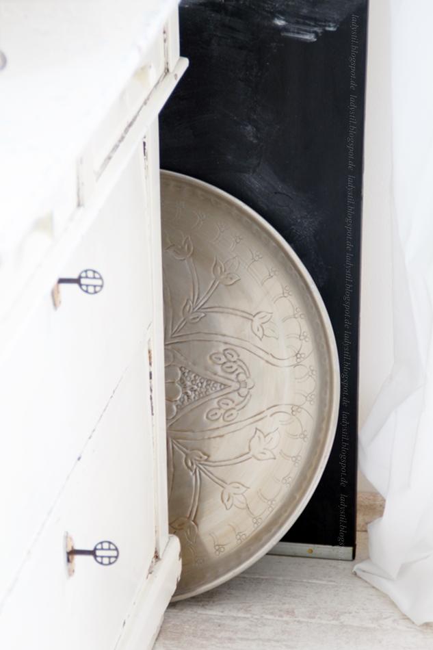 alt e Kommode mit silbernem marokkanischem Tablett