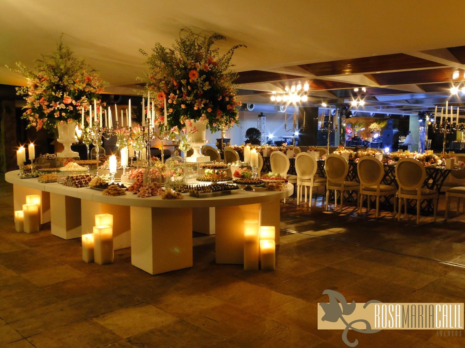 mesa laca branca, arranjo de flores, velas