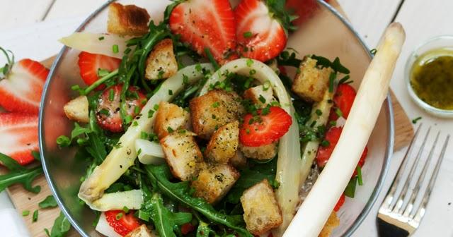 behyflora ein vegetarischer foodblog mit pfiff gesund lecker erdbeer spargelsalat mit rucola. Black Bedroom Furniture Sets. Home Design Ideas
