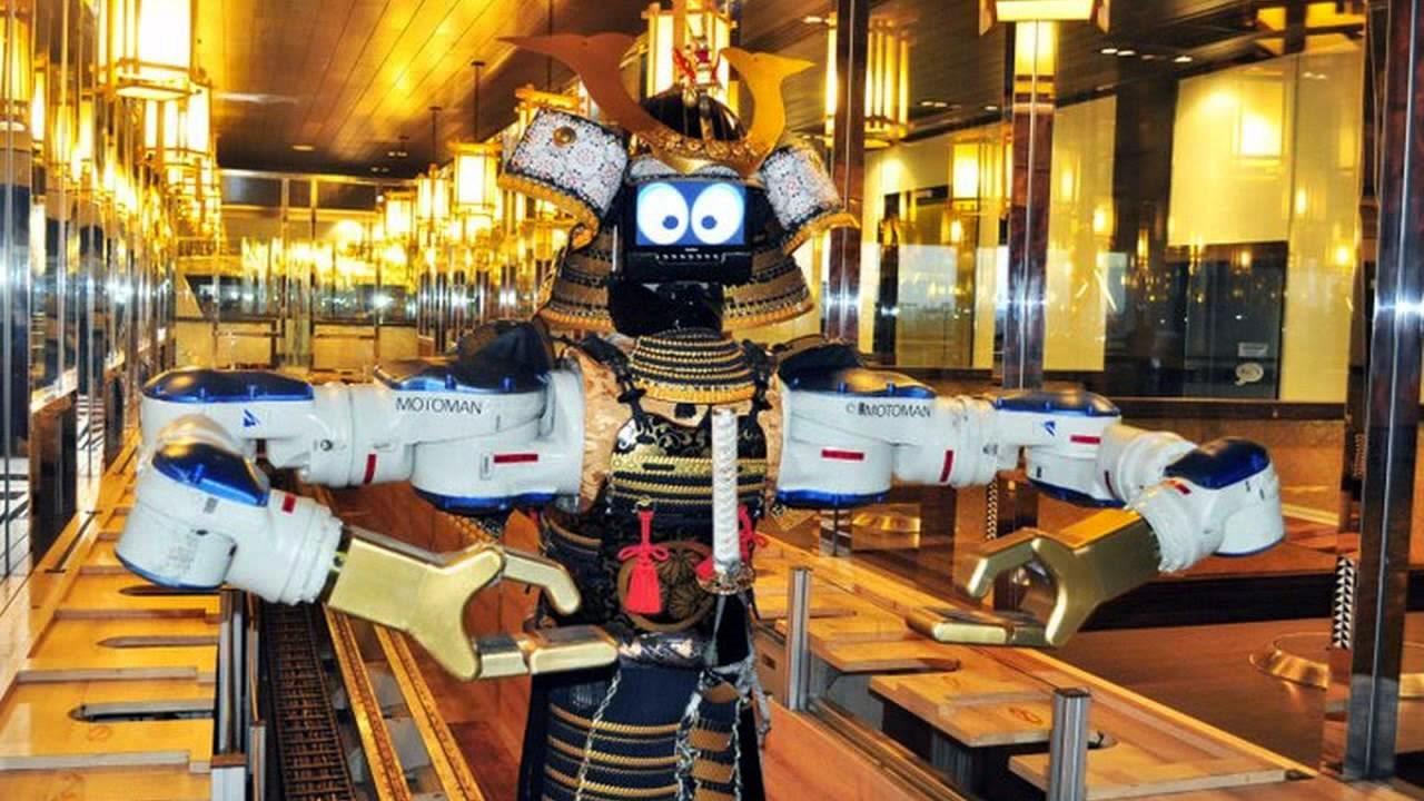 تناول الطعام في مطعم هاييمي روبوت في بانكوك