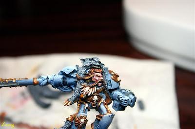 Warhammer 40000 Logan Grimnar detalle de los dientes de la piel de lobo
