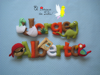 nombre-fieltro-decoración-infantil-letrero-dinosaurios-piratas-elbosquedelulu-hechoamanoparati-regalo-personalizado-detalle-nacimiento