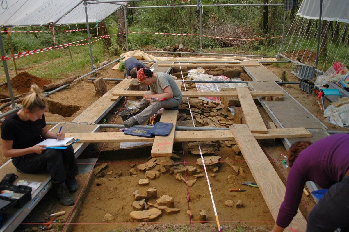 Excavation of the stone structure in Peyre Blanque