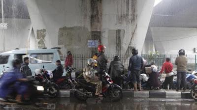 Biker Lagi Pada Berteduh - Blog Mas Hendra