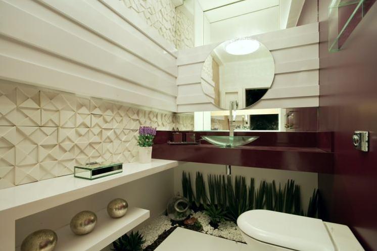seu banheiro possui espaço na parte inferior da bancada, um jardim