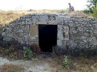 L'entrada de la cisterna encarada a ponent