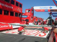 Ultimando detalles en la meta de la etapa que acabó en A Groba