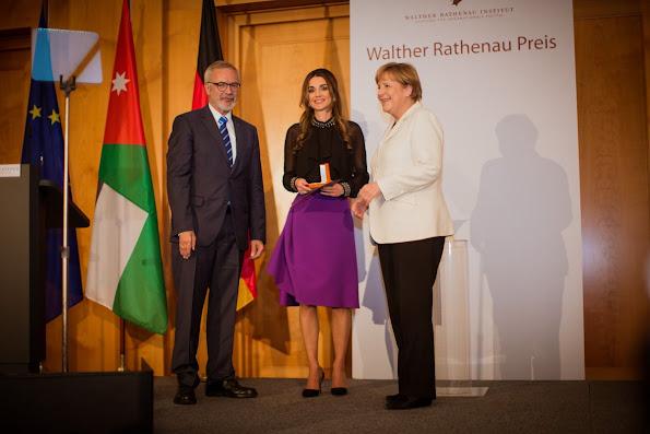 Queen Rania Al Abdullah of Jordan receives the Walter Rathenau Prize from German Chancellor Angela Merkel