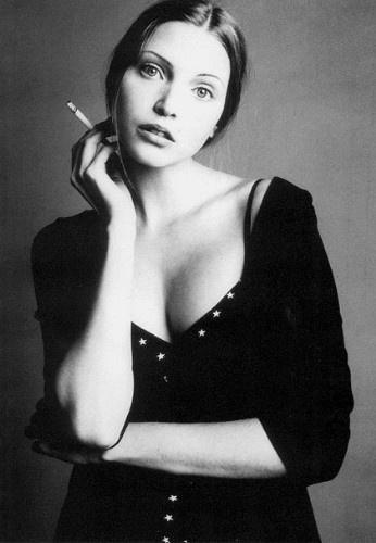 Elle est vite remarquée et elle arrive à Paris en novembre 1990 et