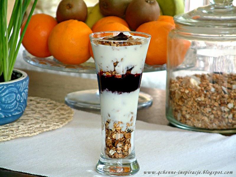 Domowa granola w wersji z jogurtem i sosem owocowym