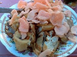 Ketoprak adalah salah satu jenis makanan khas Betawi dengan menggunakan ketupat yang mudah dijumpai.