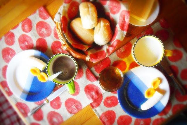 Frühstückstisch mit handbedrucktem Tischset