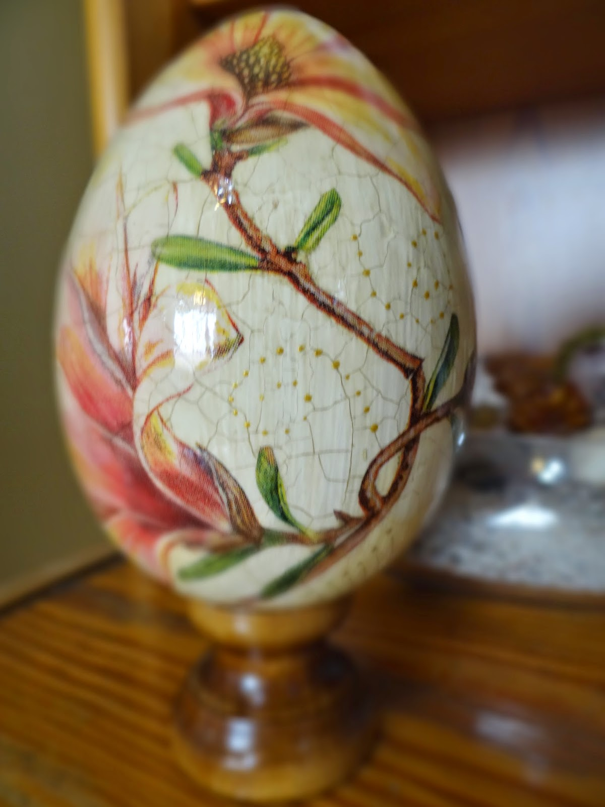 pisanka decoupage ze spękaniami, magnolia