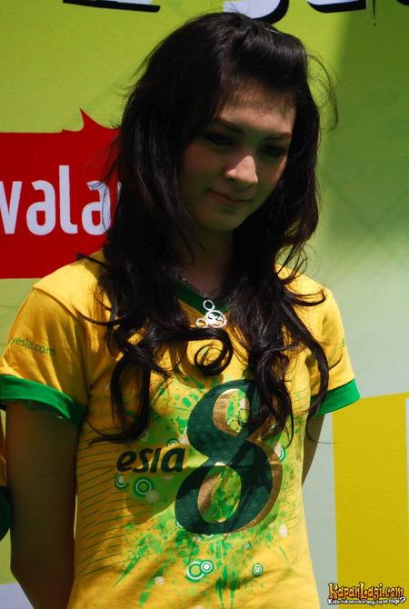 Foto Seksi Artis Cantik Donita dengan T-Shirt Kuning | http://lintasjagat.blogspot.com/