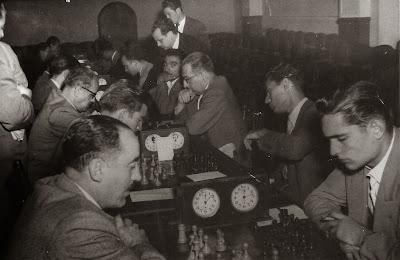 Jugando al ajedrez en 1952 en la Cooperativa Barcelonesa