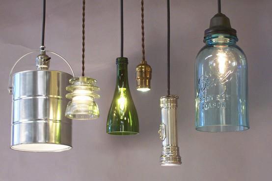esta lampara esta hecha con una botella de refresco de plastico y cintas de colores