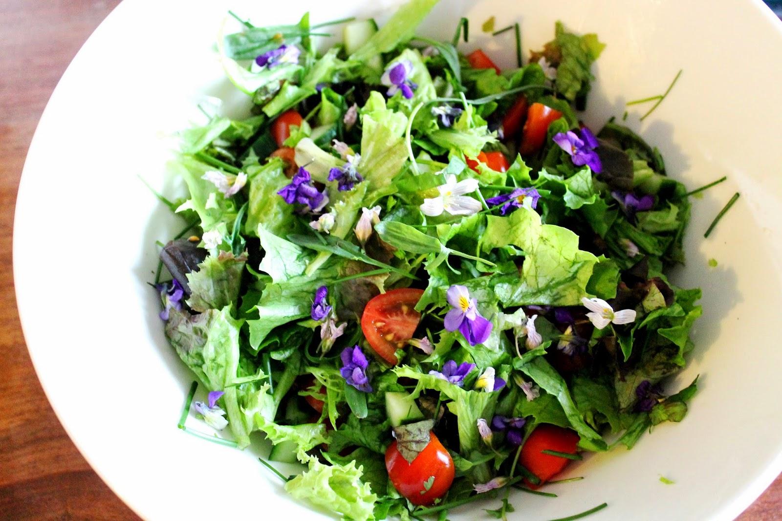 Salad, tomato, violets | Alinan kotona blog