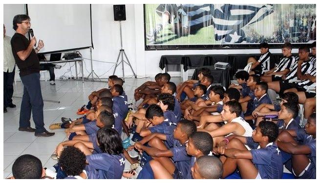 CT - Caio Junior fala para jovens da base.
