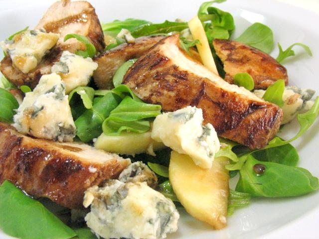 Теплый салат с курицей, яблоками и сыром «Рокфор»