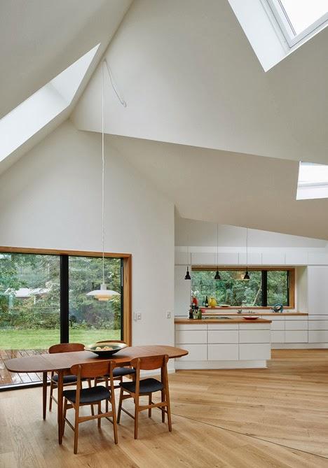 die wohngalerie lichtdurchflutetes wohnen in typischen holzh usern. Black Bedroom Furniture Sets. Home Design Ideas