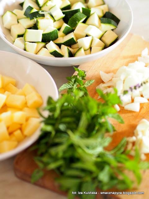 krem cukiniowo miętowy , obiad , zupka , cukinia , mięta , ziemniaki , z grzankami , kuchnia domowa , szybkie danie , domowe jedzenie , najsmaczniejsze dania