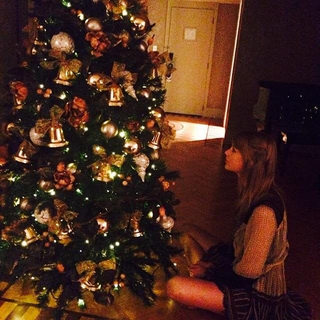 Taylor Swift feliz con su árbol de navidad