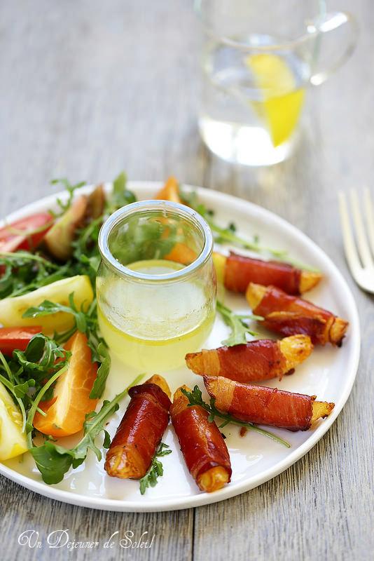 Pommes de terres rôties enrobées de speck, salade de tomates et roquette