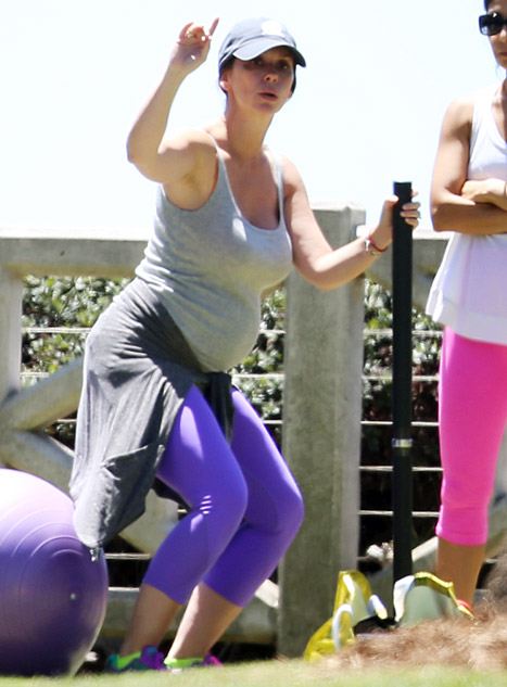 Jennifer Love -Hewitt -Works -Out-With -an- Exercise- Ball -While -Pregnant