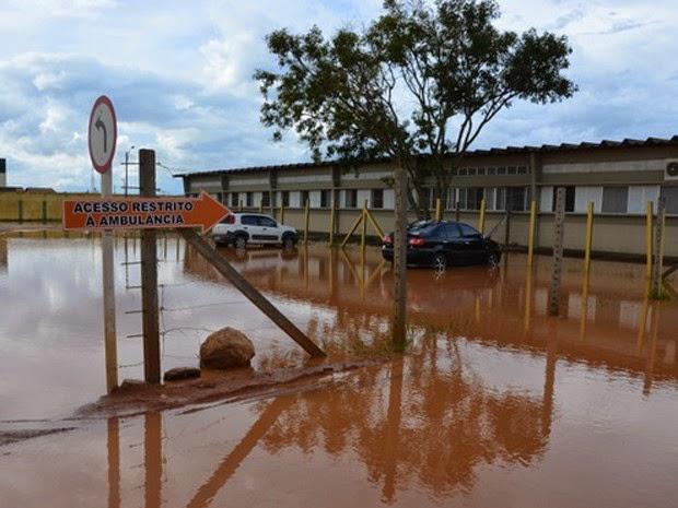 Estacionamento do Hospital geral de Vitória da Conquista ficou parcialmente alagado (Foto: Anderson Oliveira/Blog do Anderson)
