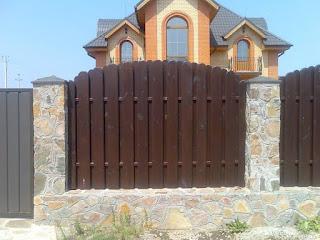 Деревянный забор с каменной столбами. Фото 27