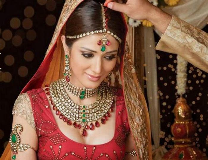 del cuidado para una piel sana; sentarse para la aplicación del mehndi o el diseño con henna, y aplicar el maquillaje adecuado antes de la ceremonia.