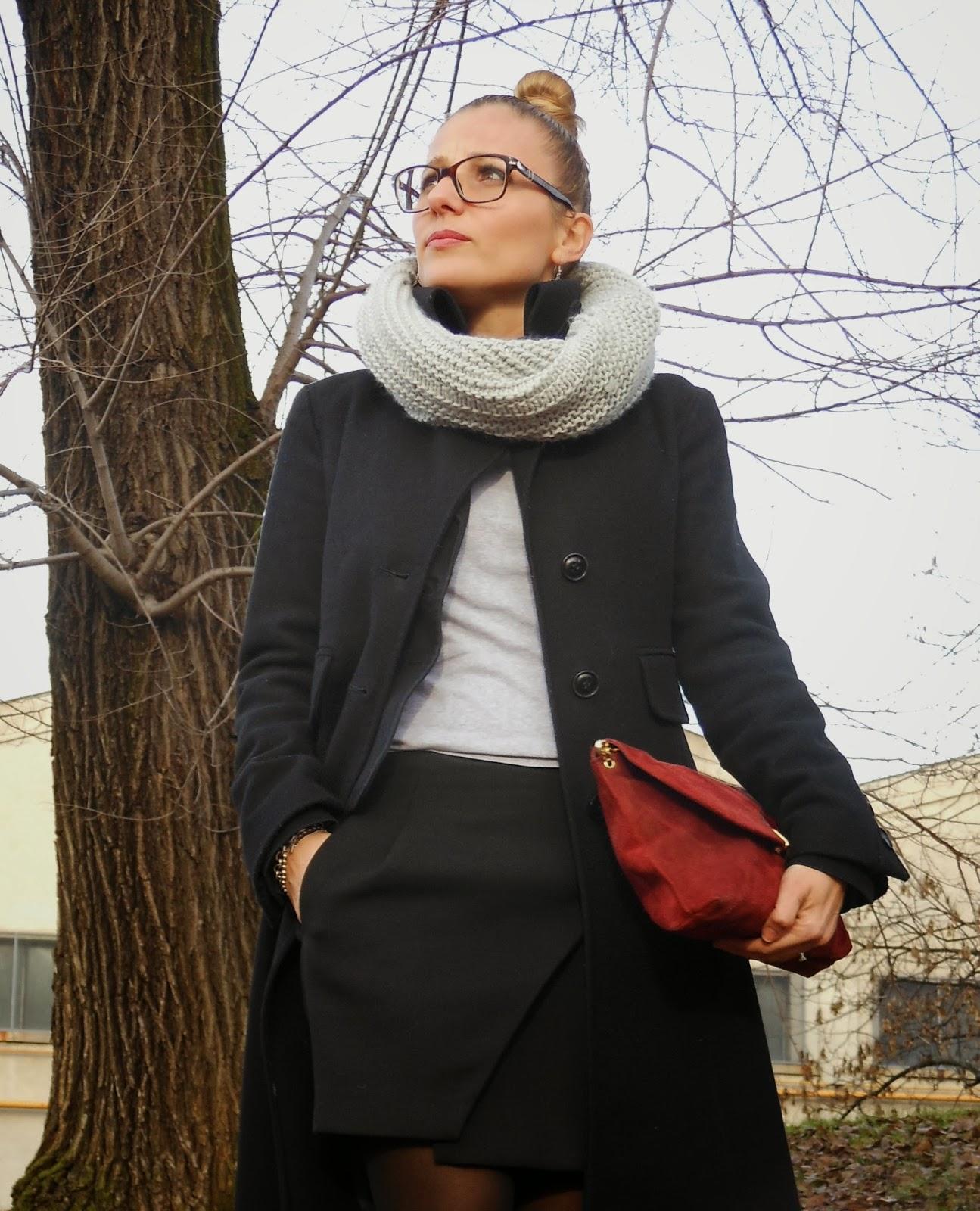 pochette vintage scamosciata e cappotto nero