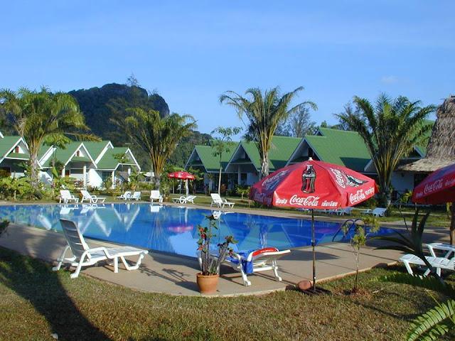 Khu Resort cao cấp dùng Tấm Onduline màu xanh đang hoạt động-Hình ảnh minh họa