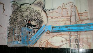 Pintando graffitis en grua