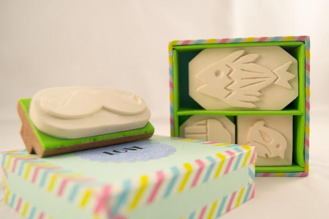 caja de cartonaje y sellos de goma personalizados