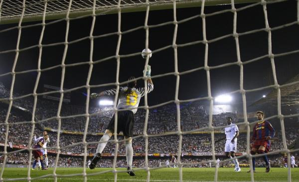 Back to the Season 2010/11 Barcelona%2527s+goalkeeper+Pinto+fails+to+stop+a+shot+on+goal+by+Real+Madrid%2527s+Ronaldo+in+extra+time+during+their+King%2527s+Cup+final
