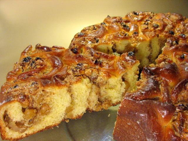 Дрожжевой пирог с  изюмом и орехами