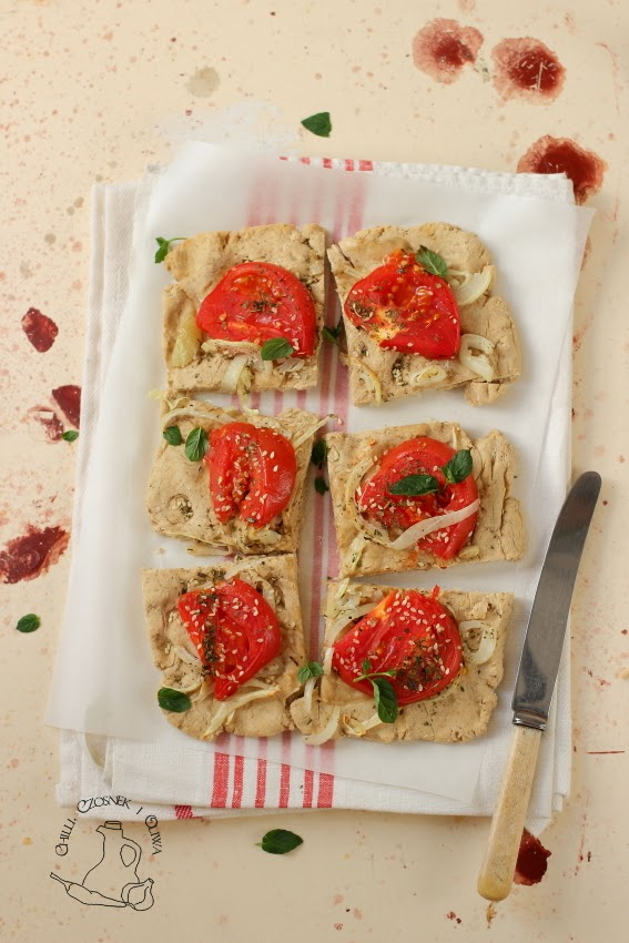 ladenia pizza z cebulą i pomidorami