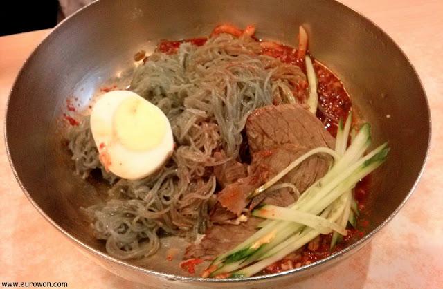 Plato de bibim naengmyeon 비빔 냉면